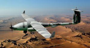 L'électronicien Arelis monte à bord du drone de Safran